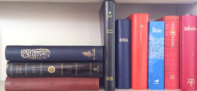 Biblar på olika språk att låna i Brännkyrka kyrka och Vårfrukyrkan