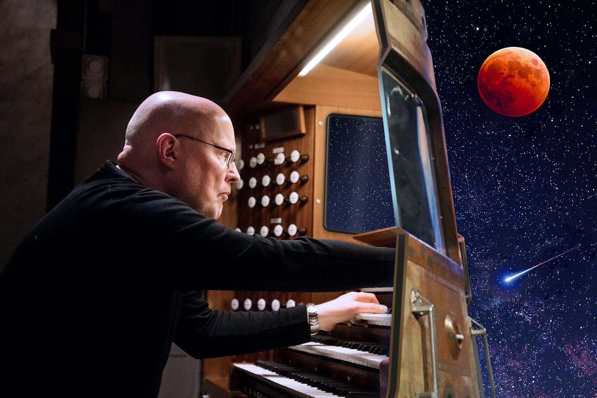 Nils Larsson spelar rymdmusik på orgel i Brännkyrka kyrka