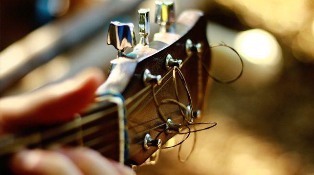 Spela gitarr i band