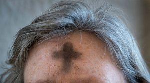 Teckna ett kors i pannan på askonsdagen